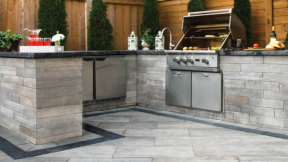 Image of an outdoor kitchen featuring Soho Wall (Glacier Creek) and Avari (Glacier Creek) products