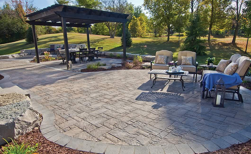 Image of a stone patio featuring Moderna (Beige Mix) product with a Strada Nova (Grey Mix) border